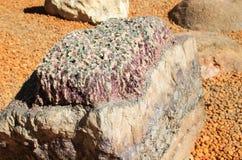 与不可思议的美丽的桃红色和白色石英的一块巨大的石头 免版税库存图片
