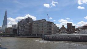 与一个游船的远航在泰晤士河在伦敦街市在假日 股票视频