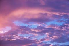 与云彩的秀丽五颜六色的剧烈的天空在日落 库存图片