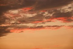 与云彩的秀丽五颜六色的剧烈的天空在日落 免版税库存图片