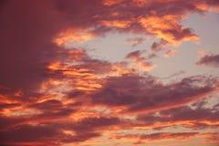 与云彩的秀丽五颜六色的剧烈的天空在日落 免版税库存照片