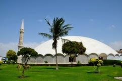 与大理石圆顶尖塔和庭院防御卡拉奇巴基斯坦的Masjid Tooba或圆的清真寺 免版税库存照片