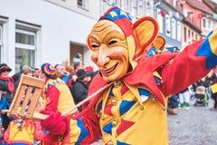 与大耳朵和闷闷不乐的狂欢节形象在黄色红色蓝色长袍 在南部德国的狂欢节 免版税库存照片