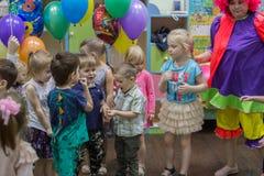 与小丑的生日快乐生日聚会 免版税库存照片