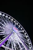 与弗累斯大转轮的夜间狂欢节场面 免版税图库摄影
