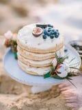 与开放蛋糕的假日蛋糕为婚姻和生日 免版税库存图片