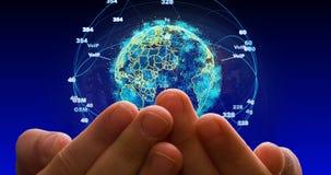 与微粒和结节结构的抽象地球 与大陆形成的数字技术行星 分成三角形 股票视频