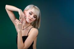 与垂饰和耳环的年轻秀丽模型 Jewelery和辅助部件 免版税库存照片