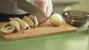 与刀子的裁减蘑菇 股票视频