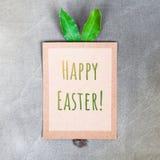 与兔宝宝耳朵和尾巴的海报有文本的复活节快乐 库存图片