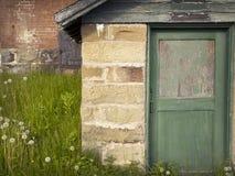 与削皮油漆的老门 库存照片