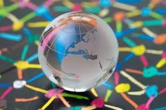 与欧洲地图的装饰玻璃地球在五颜六色的连接的小点黑板作为财政和经济网络的使用作为欧元 免版税图库摄影