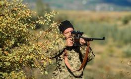 与步枪枪的人猎人 新兵训练所 有胡子的人猎人 军队力量 伪装 军服 狩猎技能和 库存照片