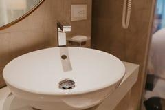 与水槽和龙头的卫生间内部 免版税图库摄影