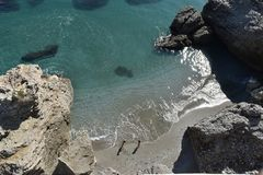 与海水波浪爱抚的美好的沙滩的小河  库存照片