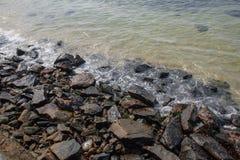 与海洋、波浪、岩石和天空的美好的风景 库存照片