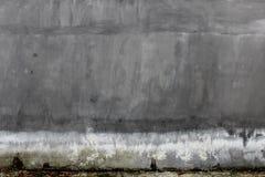 与滴水的混凝土墙灰泥 库存图片