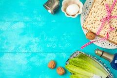 与未发酵的面包、seder板材和酒的犹太假日逾越节背景在木桌上 库存图片