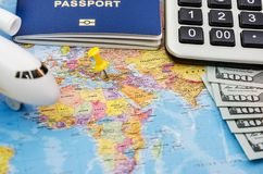 与护照旅行文件的旅行和旅游业概念,在世界地图背景的飞机与拷贝空间,顶视图 图库摄影