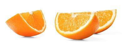 与果皮的三个水多的新橙色切片在白色被隔绝的背景 关闭 库存图片