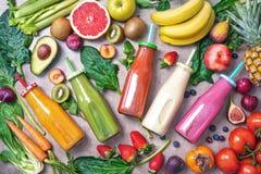 与成份的五颜六色的新近地被紧压的水果和蔬菜圆滑的人健康吃的 免版税图库摄影
