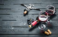 与拔塞螺旋的红酒 库存图片