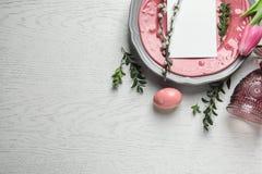 与空插件的欢乐复活节桌设置在木背景,顶视图 库存照片