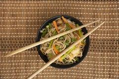 与筷子,顶视图,浦那,印度的大蒜面条 免版税库存图片