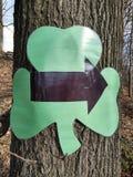 与箭头的三叶草三叶草为圣帕特里克天慈善的,拉塞福,NJ,美国主题的5K 免版税图库摄影