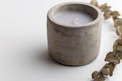 与精油的具体蜡烛 简单派概念 库存照片
