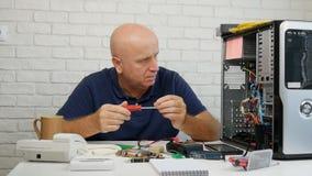 与繁忙的工程师固定的硬件问题的慢动作在计算机维护 影视素材
