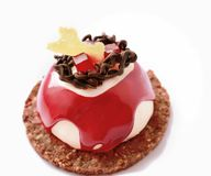 与红色果冻和巧克力装饰的红色和白色点心 免版税库存图片