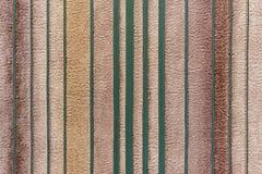 与绿色垂直的小条的背景在灰棕色 免版税库存图片