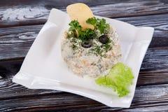 与绿色的可口俄国新鲜的沙拉,在桌上 免版税库存图片