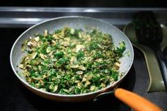 与绿色的Pan-fried蘑菇 免版税库存图片