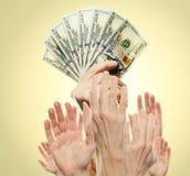 与美国美元现金金钱和许多人手的财富概念 在的财富美元钞票 商业金钱投资 免版税库存照片