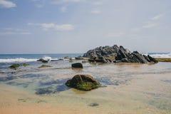 与石头的异乎寻常的风景在海洋,海 免版税图库摄影