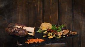 与猪肉小腿、vegetabels和啤酒的可口晚餐 影视素材