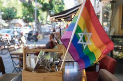 与犹太大卫王之星的彩虹旗子未定义咖啡馆的 免版税库存照片