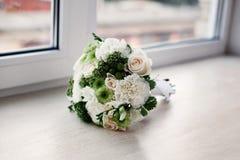 与玫瑰的典雅的婚姻的新娘花束 免版税库存照片