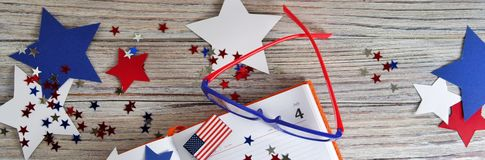 与玻璃的日志开放在7月4日,愉快的独立日、退伍军人爱国心和记忆日期  图库摄影