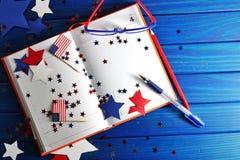 与玻璃的日志开放在7月4日,愉快的独立日、退伍军人爱国心和记忆日期  库存图片