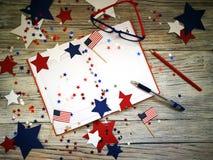 与玻璃的日志开放在7月4日,愉快的独立日、退伍军人爱国心和记忆日期  库存照片