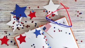 与玻璃的日志开放在7月4日,愉快的独立日、退伍军人爱国心和记忆日期  免版税库存图片