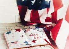 与玻璃的日志开放在7月4日,愉快的独立日、退伍军人爱国心和记忆日期  免版税库存照片
