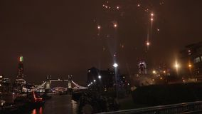 与烟花的伦敦塔桥 股票录像