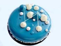 与白色巧克力和镜子釉的蓝色和白蛋糕在白色背景 库存照片