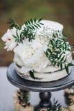 与白色牡丹的土气婚宴喜饼 免版税库存图片