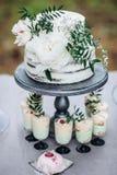 与白色牡丹的土气婚宴喜饼 免版税图库摄影