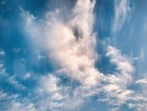 与白色高积云的cloudscape晚上 库存图片